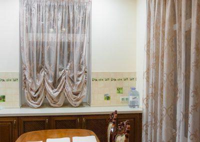 Ансамбль из французской шторы и длинной гардины для кухни