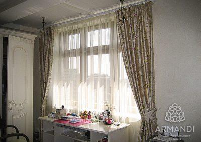 Портьеры с тюлем в интерьере спальни