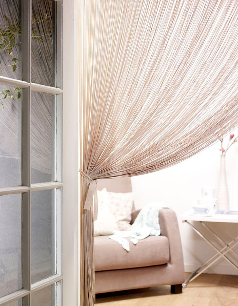 циферблаты утонченные, нитяные шторы в дверном проеме фото построено